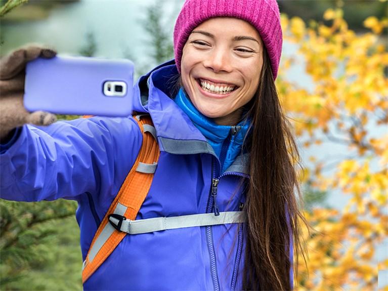 Postkarten App Frau in herbstlicher Landschaft mach Selfie